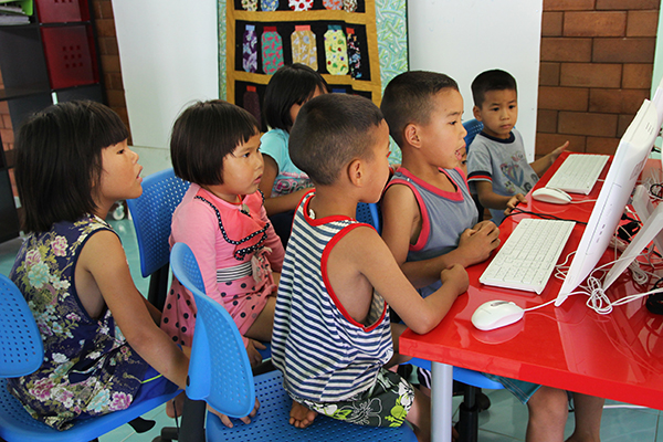 kids around computer 2